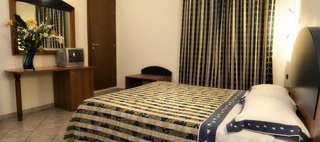 Camera matrimoniale climatizzata confortevole e dotata di accessori
